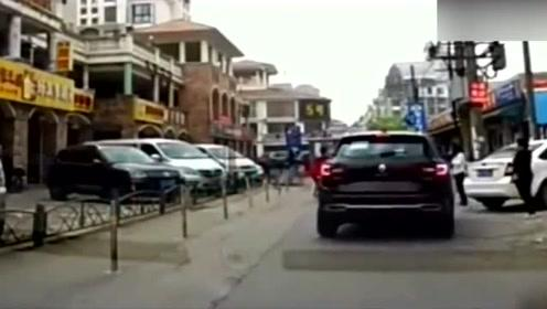 SUV路边失控,路边的电动车就倒霉了