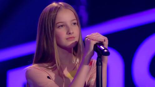 小姑娘拥有天使吻过的嗓音 一开口全场观众起立 四位评委为她转身