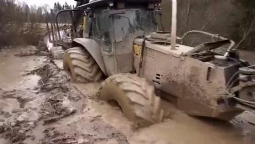 运载车穿过泥河去运载木头,车上竟然还装着这个东西