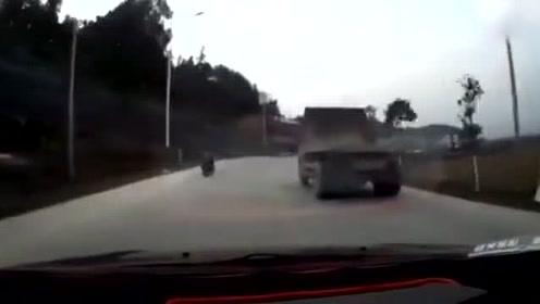 司机弯道超车被货车挤向路边,你觉得这路灯该谁赔?