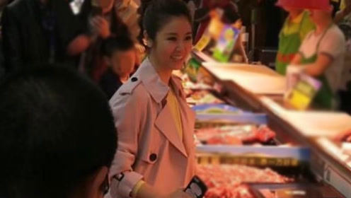 网友超市偶遇林心如 一个细节看出霍建华很疼她