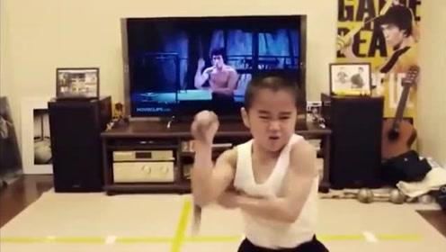 8岁男孩模仿李小龙玩双节棍 动作有模有样