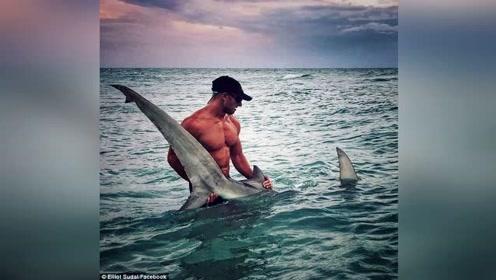 男子捕到三米多长的大鲨鱼 网友却被他的腹肌圈粉