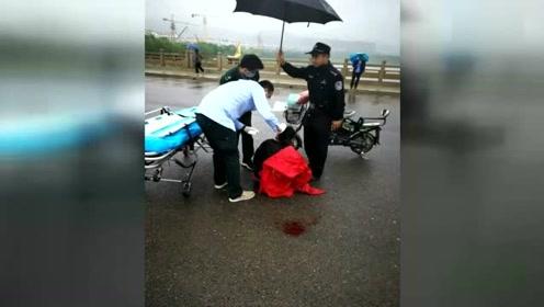 暖!女子驾车意外摔倒 民警雨中撑伞守护