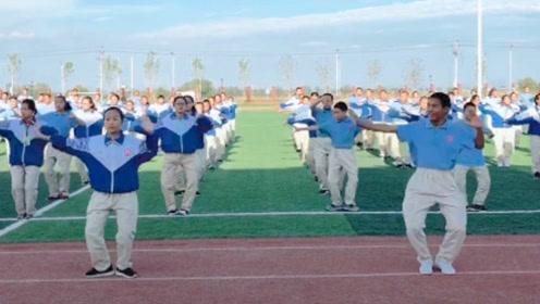 这是哪个学校的课间操,集体跳最近大火的《嘟啦舞》帅到不行!