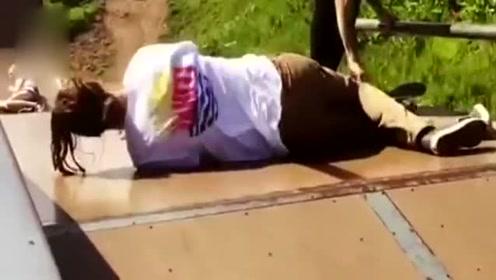 少年为炫技玩空中滑板 落地瞬间不慎砸中好友要害