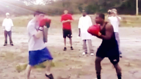 白小伙被揍狼狈不堪后没放弃,最终把黑壮拳手打认输!