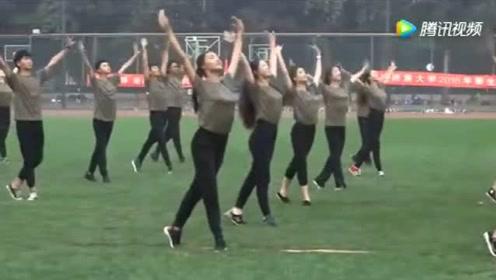 大一军训,绿茵操场上演民族舞《爱我中华》很美很青春