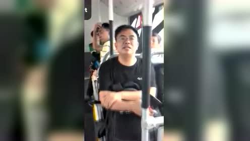请守规矩!北京一男子掰开即将关门的后门上车 叫嚣:夹着他了
