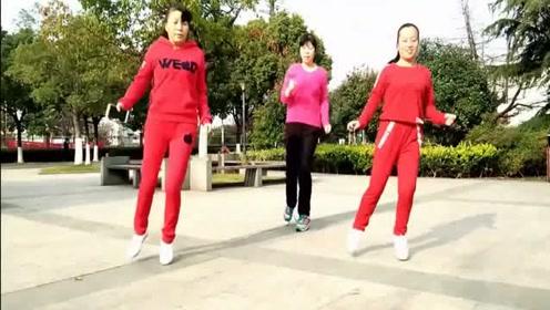 三姐妹街头齐跳鬼步舞, 大姐们都跳的很嗨啊喜欢这样的广场舞吗