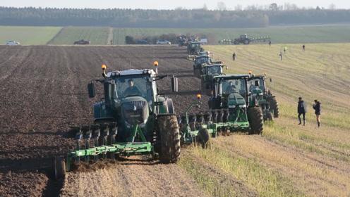 老外用18台拖拉机超137只犁铧同台耕地,网友:翻耕场面太震撼!