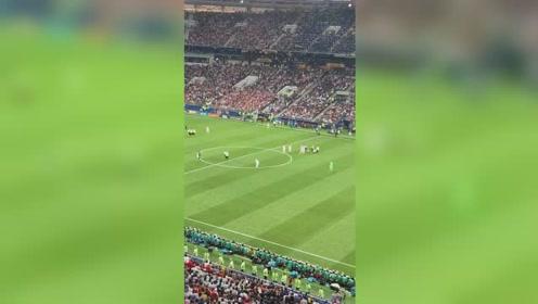 戏剧一幕,白衣球迷闯球场被安保抬出去