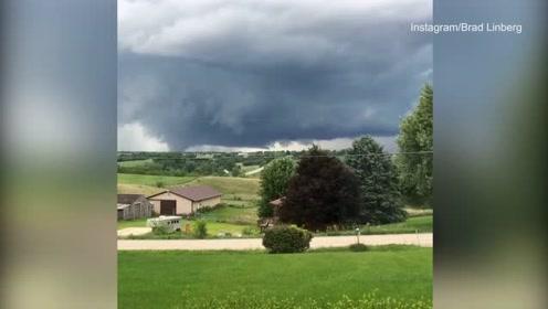 实拍  巨大龙卷风席卷爱荷华州