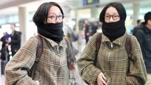 43岁周迅素颜亮相机场 格子外套搭围巾注重舒适保暖