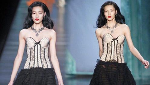 刘雯瘦到不正常,这衣服90斤的人套不进,她穿着却像随时会掉!