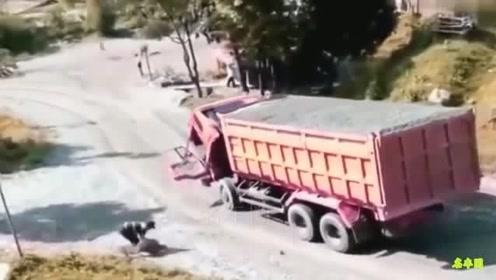 大货车司机下坡发现不对劲,视频拍下惊险一秒