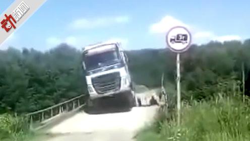 """现场:司机强行开大卡车过木桥 结果""""轰""""地一声悲剧了"""