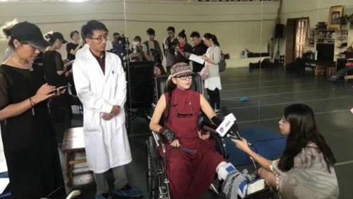 杨丽萍打石膏回彩排现场 医生随行怕她不顾伤情练舞