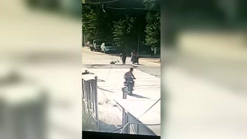"""监拍公路被热""""炸""""瞬间 两骑车人当场弹起摔地"""