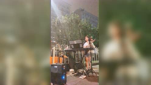 何璟昕北京街头卖唱《lemon tree》