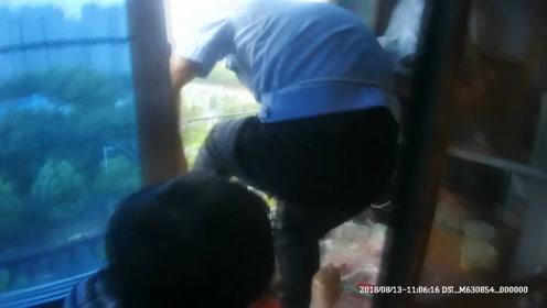 民警台风天爬七楼阳台 暴雨中营救被困男婴