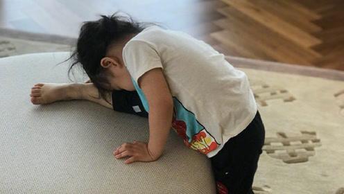 基本功从小练起!章子怡教醒醒练习压腿画面激萌