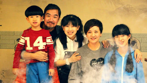 张国立设宴为邓婕庆61岁生日,邓婕亲自喂干儿子吃长寿面