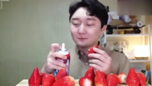 韩国吃播:帅欧巴吃草莓配奶油,这种吃法你见过吗?