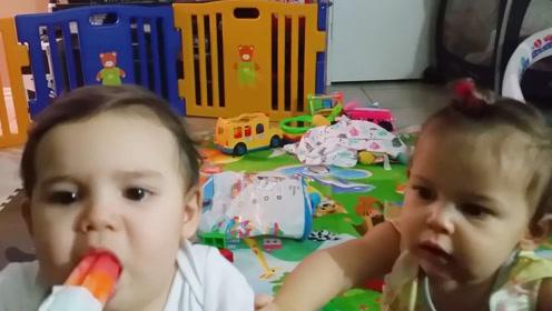 俩萌娃第一次吃冰棒,表情一个比一个扭曲,家人笑出声!