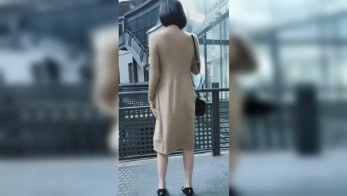 最近这样的穿搭火了,美女身穿灰色针织长裙,简约有气质!