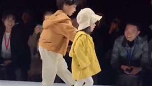 """霸道总裁即时感!小男孩T台救场 上演""""两小无猜""""男友力十足"""