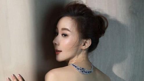50岁萧蔷晒美照露背秀迷人身姿,为了筹钱做公益卖旧衣服
