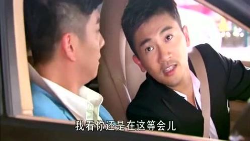 男子遭空姐白眼被看不起,结果下一秒看到男子弟弟开来的车,后悔了