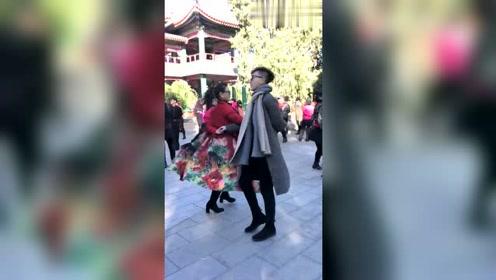 最近这对母子火了,广场舞跳得特别棒,配合真默契!