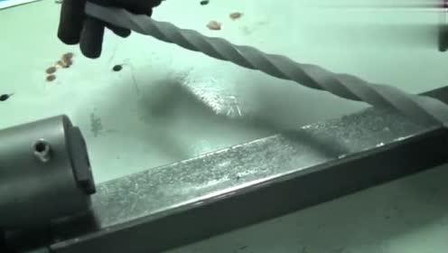 把钢铁拧成麻花的设备,这可是钢铁啊,超厉害