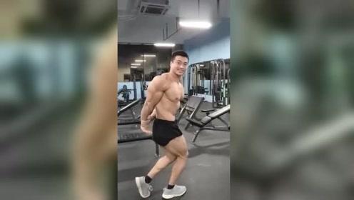 最近这个健身教练要火了,倒三角身材好漂亮,这样的肌肉难得一见