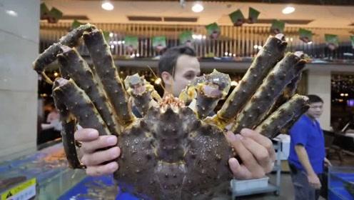 箩筐那么大的螃蟹搭配手臂粗的龙虾 一顿吃掉一个月工资!