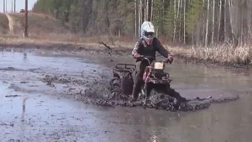 小姐姐不沾点泥巴,好意思说是来越野的