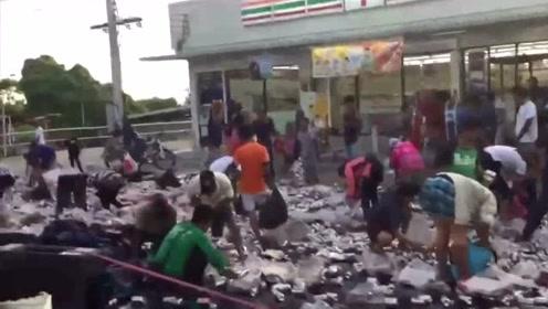 货车侧翻超8万罐啤酒散落地面 群众一拥而上抢酒