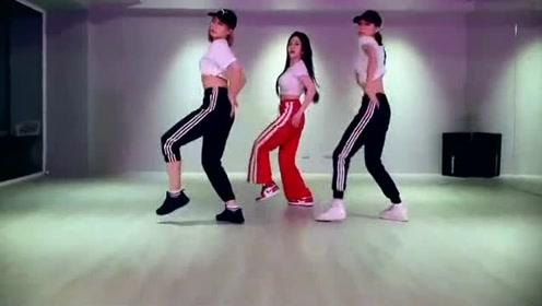 美女性感翻跳BLACKPINK《DDU-DU DDU-DU》舞蹈