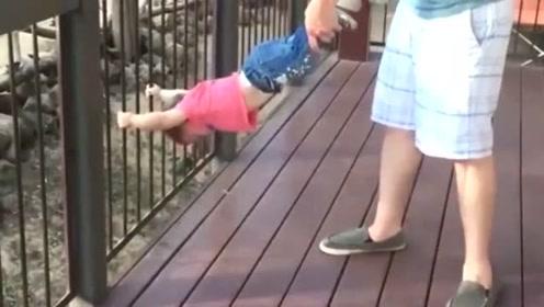 萌宝不想离开动物园,,抓住栏杆爸爸怎么拉都不松手