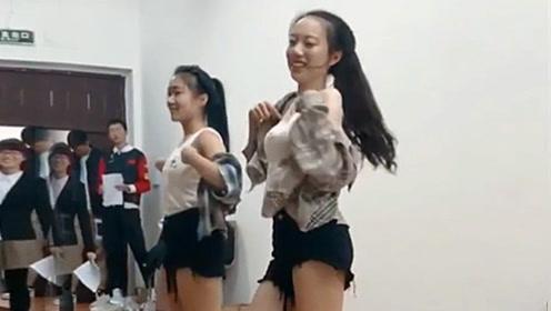 学妹颠覆形象热舞一跳成名,动作还是有点放不开
