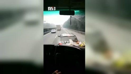 斗气不要命,小车多次逼停大货车