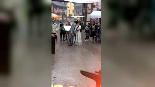 穿上汉服在雨中浪漫接吻,这情形热了多少孤男独女的心