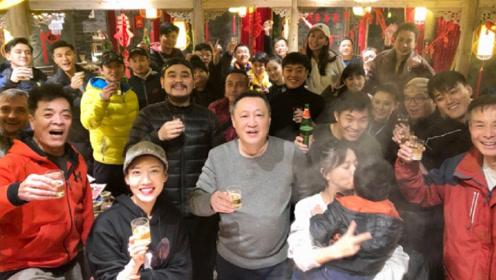 佟丽娅带儿子朵朵与剧组人员共度元宵节 陈思诚未现身