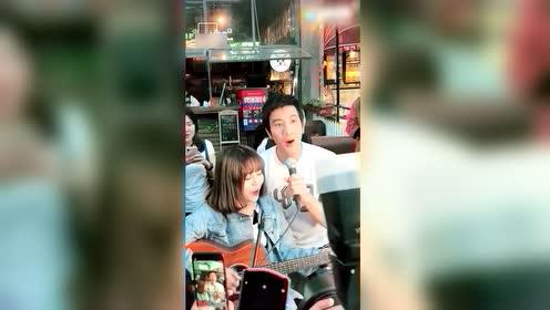 街头歌手正在唱王力宏,不料他突然出现还一起合唱,太幸福了吧