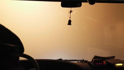 大雾天消防员救人