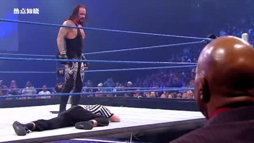 WWE送葬者玩虐对手,为何对裁判下手,把经纪人吓跑!