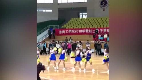 学院篮球拉拉队翻跳《98K》,全场男生看了激动坏了!