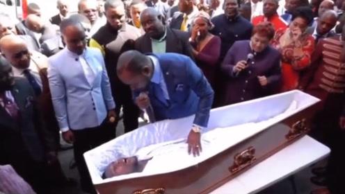 演技很浮夸,群众很配合,非洲牧师表演起死回生?